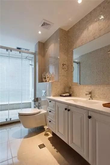 卫生间的墙砖与柜子延续整个家的配色风格。玻璃隔档做好干湿分区。卫生间  干净明亮。