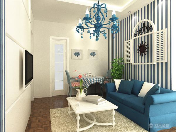 客厅整体色调明亮,大胆,色彩清新,清爽。壁纸采用了蓝白相间的颜色,清新亮丽。沙发和茶几极具亲和力的田园风情及柔和的色调的搭配,更突显了地中海风格的特点。