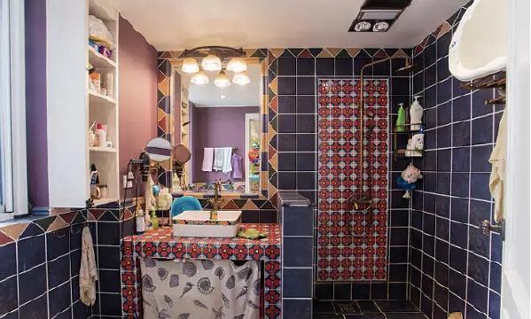 紫色的小瓷砖,即使你有敏锐的时尚嗅觉,也没法捕捉飘忽不定的它,让卫  生间也变得温馨浪漫。