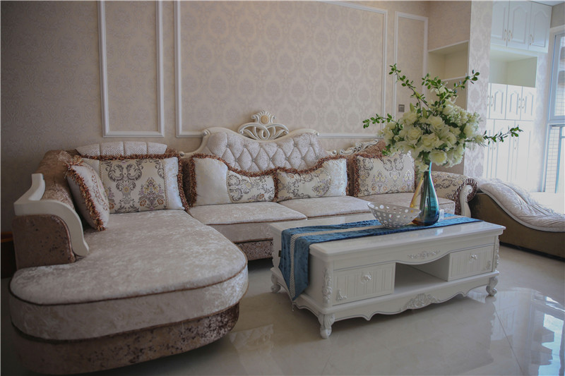 客厅图片来自四川幸福魔方装饰在洲际银海湾81平简欧风格装修的分享