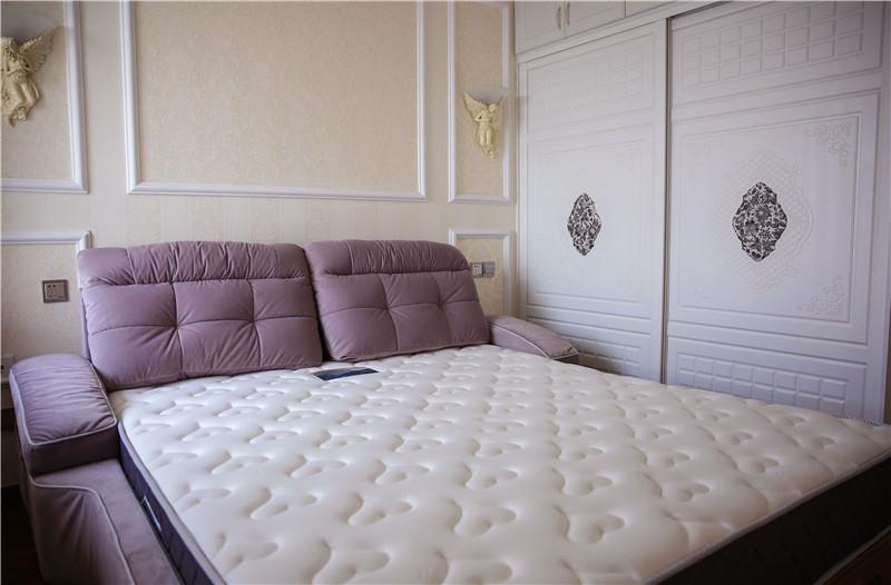 卧室图片来自四川幸福魔方装饰在洲际银海湾81平简欧风格装修的分享