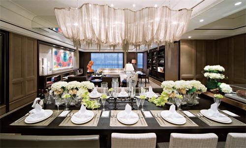 餐厅的灯饰烘托出一种现代浪漫、温馨的气氛,餐桌的摆设不仅与整个家居风格融为一体,同时小小的花式装饰让整个氛围鲜花不少……