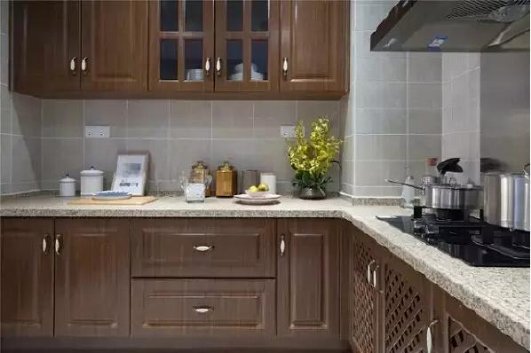 木质厨柜让整间厨房都显出经典的美式风格,以浅色系大理石台面木色橱柜相结合,显出一种舒适的感觉。