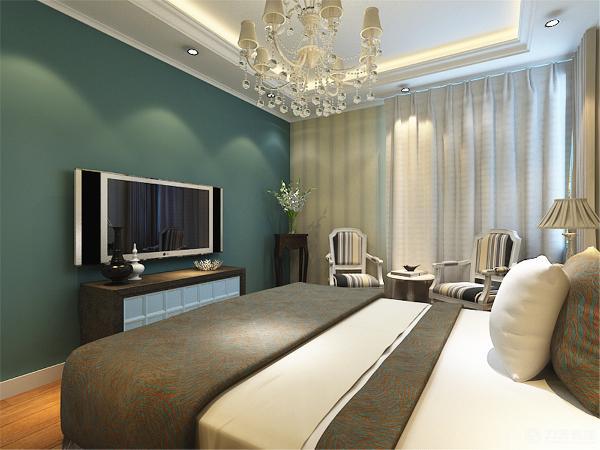 在卧室的设计中采用比较暖色的壁纸,给人一种温暖的感觉,因为主卧室的面积比较的大所以还放置了两把休闲椅和茶桌从而更能突出住户的品味,