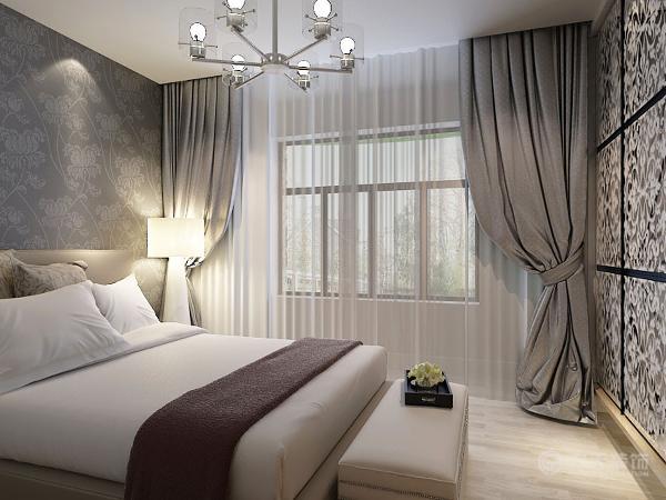 卧室在进门旁边的位置设立了大的储物的空间,非常美观而且极大的节省了卧室的空间,床头柜的墙纸采用银灰色与对面衣柜欧式花纹形成呼应。能让住户心情得到极大的放松,使进入这间房子的人亲和的感觉。