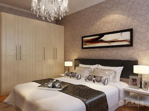 整体给人以时尚的感觉,主卧室采用深色壁纸,石膏线圈边,水晶吊灯,床头放画,次卧室采用浅色壁纸石膏线圈边,卧室采用地板。