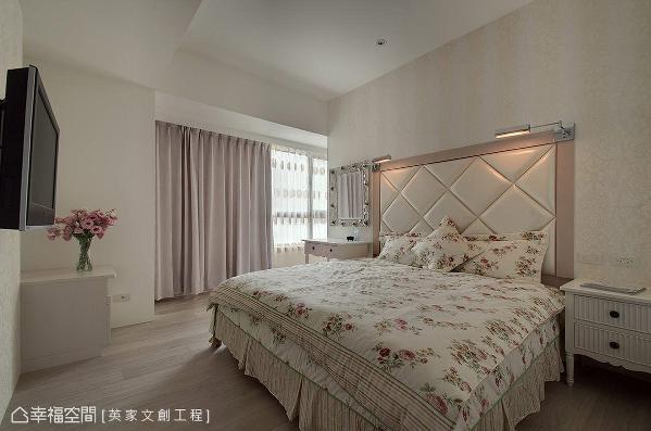 床头以绷布为底,粉嫩色彩围塑视觉造型,两侧各饰以小台灯,让屋主在睡前能安心阅读。