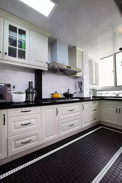 如果说想要在家烹饪出一桌美味佳肴,那必定需要一间充满魅力的厨房。  白加黑的搭配,时尚又简洁。