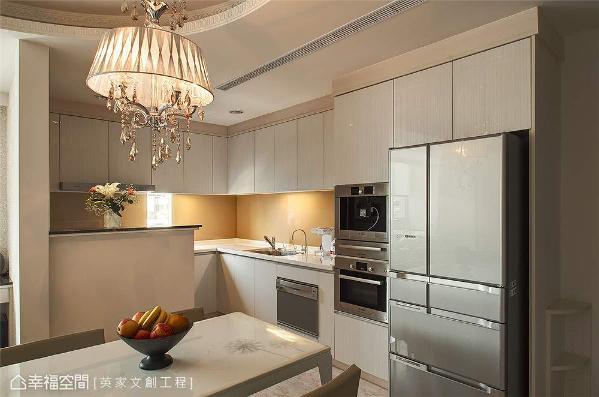考虑炉火的明亮度与安全性,英家文创工程减少厨房区的开窗面积,让烹饪时不受光线照明影响。
