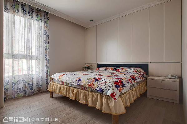 考虑床头有压梁问题,以80公分的床头柜来消弭压迫感,同时也增加收纳的使用量。