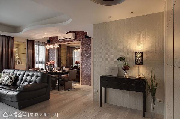 入室后的玄关处可欣赏一面端景墙,桌面上以美学质感的家饰品或软件搭配,营造浓浓的艺术气息。