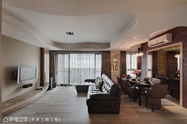 大梁下方的壁面饰以展示柜体,巧妙衔接客、餐厅的窗景之外,又能同时美化结构问题。