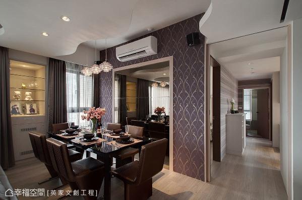利用现代感家具、剔透质感的灯饰,以及后方茶镜墙面的配搭,形塑高贵且优雅的氛围。