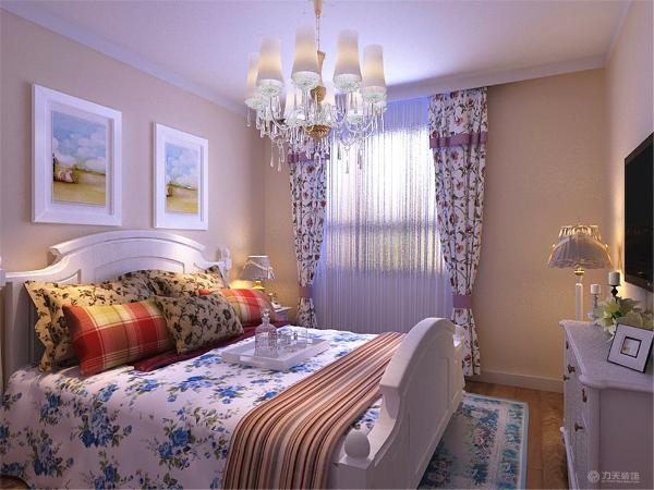 卧室还放了电视柜。整个空间功能分布合理,给人营造了一种温馨时尚和谐的家居生活。