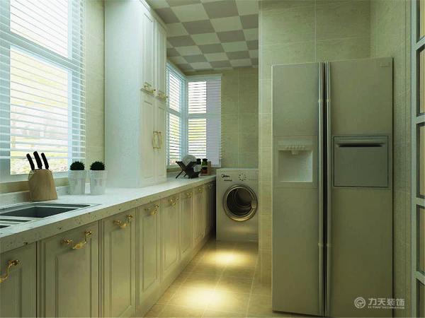 厨房在靠窗的位置做了橱柜,洗衣机摆在了进门的拐角处,进入户门的玄关处,在顶上做了L型的吊柜,增加了存储功能