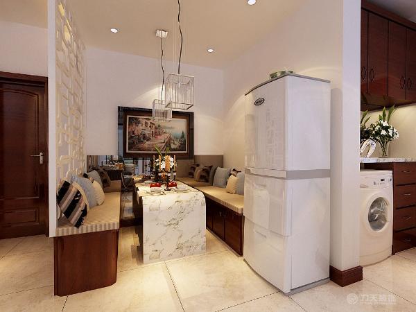 餐厅区域的设计,吊顶为矩形圆角的石膏板发光灯池吊顶,且在整个布局上它不是简单的桌椅摆放,而是设计了两个卡座的造型,搭配白色大理石的餐桌台面,