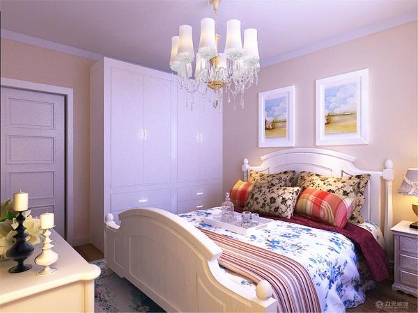 卧室里也是田园风,卧室也刷了暖色乳胶漆,但有区别于客餐厅的,卧室的床用了碎花布艺,,窗帘也是布艺的
