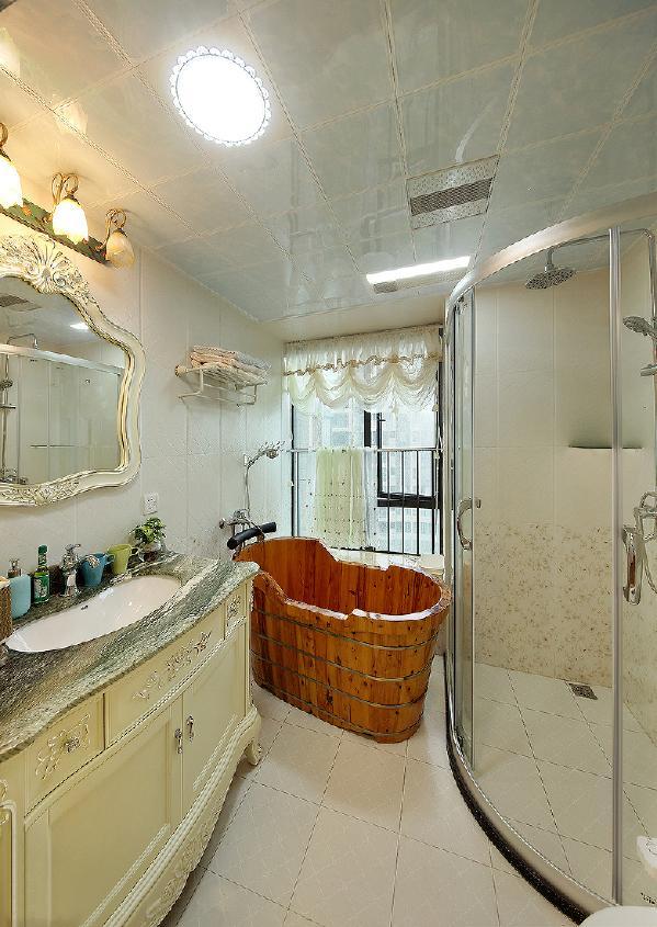 主人房内的卫生间,浪漫的白纱帘,碎花的小砖,极具女人柔美气息,男主人说了,没关系,只要她喜欢就好。