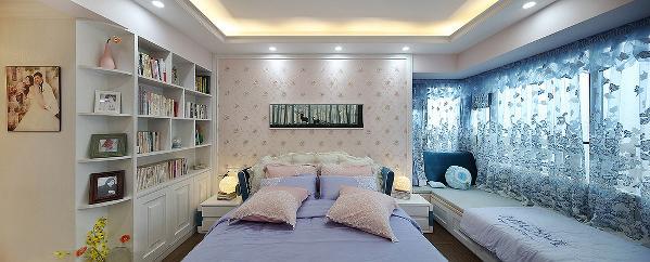 主人房依然有着女主人喜欢的蓝色调浪漫的窗纱懒散的低垂着飘窗由于加入地柜然后整体铺上飘窗垫,形成了一个整体休闲空间让这里的实用性得到了更大的表现。