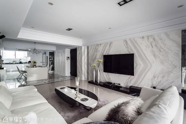 游清俊设计师利用银狐大理石打造电视主墙,大面积的铺陈方式替空间带来器宇轩昂之姿。