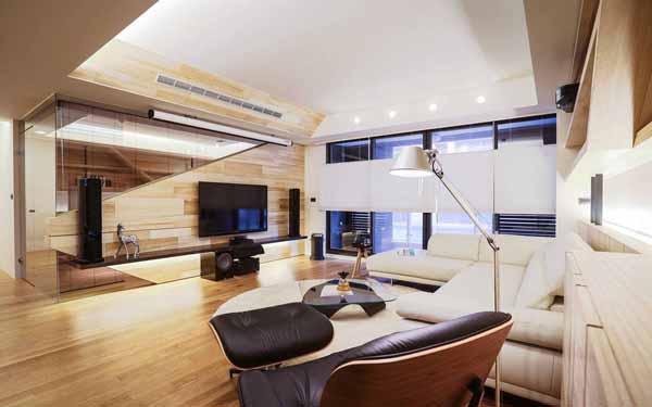 现代几何线条、塑像般的电视面墙,以三种尺寸梧桐木与穿透感的玻璃结合,并与后方的书房做连结,营造整体的轻盈与设计感。