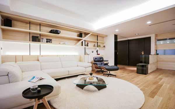 考量客厅上方的梁柱,将沙发位置移前,构置了大尺度的展示平台及下方的柜体,让收纳量更为充足。
