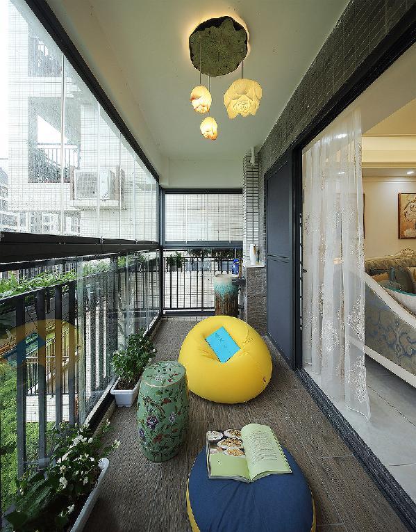 阳台也是家里重要的空间,明亮的黄色懒人沙发,满足了女主人在阳台的随意,一本书,一杯茶,一个好心情,生活,足矣!