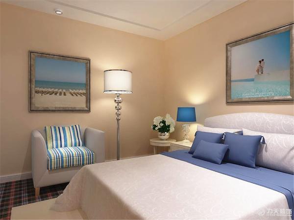 主卧墙壁上只刷了浅色的乳胶漆白色的踢脚线并且铺上了地毯,以白色为主的床配上蓝色的台灯,边上还有条纹的沙发体现出了地中海的风格,整体来说这套方案非常别致、个性。