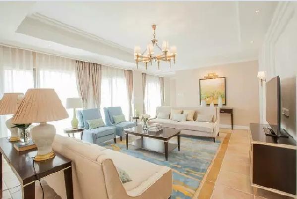 客厅的墙面、客厅地砖、窗帘都是用粉色系,以及粉色系的沙发,女性朋友应该非常喜欢。
