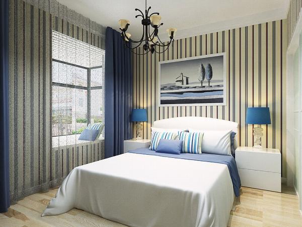 另一个卧室用的也是浅色的木地板创选用了片地中海的床。边上打了衣柜,墙纸用的是竖条纹的墙纸。