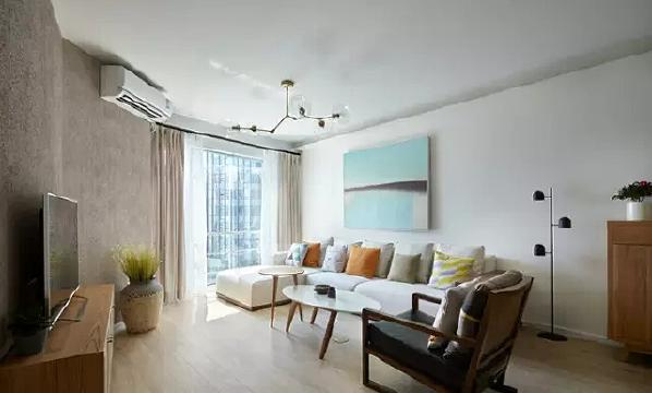 客厅是不规则的形状,通过家具和色彩的弥补,让这里显得宽敞,简单的  摆设却让人觉得丰满。