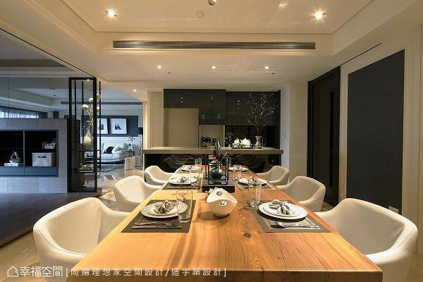 结合中岛机能的餐厅,拥有240x100公分的原木长桌,提供亲朋好友幸福围聚的场域,以最舒适的姿态品味设计飨宴。
