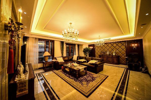 客厅背景墙采用简单的软包作为背景,依旧搭配了美式复古的壁灯及玄关柜。