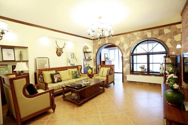 复古造型的组合沙发,以及茶几都具有上乘的质感,让美式古典风格得以进一步的彰显。