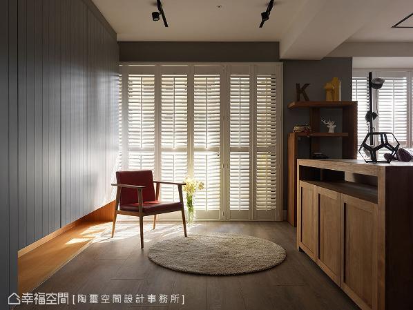 原为一房的空间,林欣璇设计师拆除其隔间,并以一堵矮柜与客厅界定,化为兼作玄关、运动间的区块;左侧壁板后方更藏有大容量收纳,满足屋主的鞋履收藏。