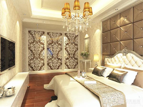 。卧室空间很大,所以放了一个大床,两个床头柜,还有电视柜、衣柜以及壁挂电视,床头做了一个软包。整体会给人一种焕然一新的感觉。由于线条简单、装饰元素少和完美的软装配合,才能显示出美感。