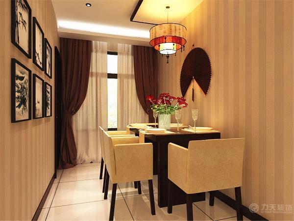把餐厅设计在了厨房对面的墙上,餐桌横放因为把餐桌放这里不影响进入厨房走动空间,也让主人上菜更方便,餐桌选择了实木和布艺结合的四人餐桌,布艺选用的是稳重的纯驼色,让空间更统一,美观,非常的稳重温馨。