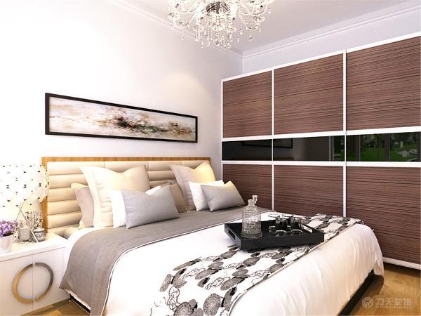 主卧室中入门看到的是双人床,将衣柜放在最里面的那面墙上,利用推拉门,更大幅度的利用空间。