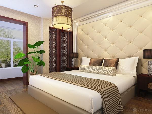 卧室为了给居室增添几分暖意,在床的旁边摆了一组镂空的屏风,造型稳重端庄,做工细致,装饰考究。