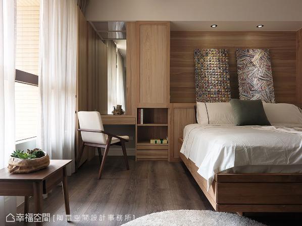 呼应另一侧的卫浴位置,将化妆台藏进柜体内,让实用机能与视觉美感达到平衡。