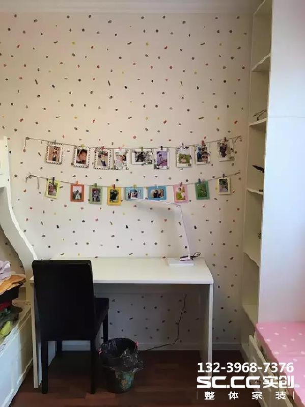 ▲儿童房用了彩点的壁纸,书桌上方挂起两行宝宝的照片,可爱极了! 左边是宝宝的床哦,上下两层的那种。