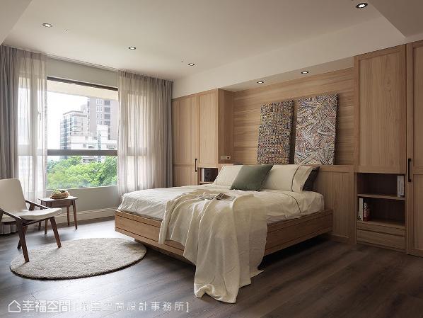 以大面积的木作元素让卧房呈现现代简约的风格