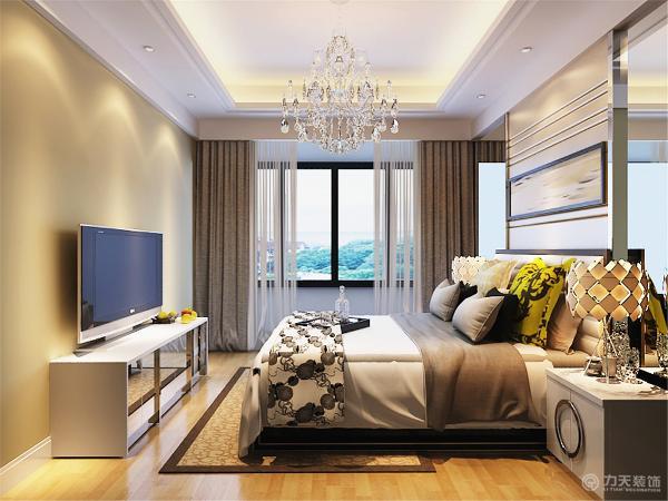主卧的设计空间合理简洁,白色的床加上黄色的靠枕,奠定了温馨的基调,靠墙安排双人床,为卧室节约了空间,显得更加宽敞。同样使用了钢化玻璃作为辅材,具有金属感的台灯,更有时尚的味道。