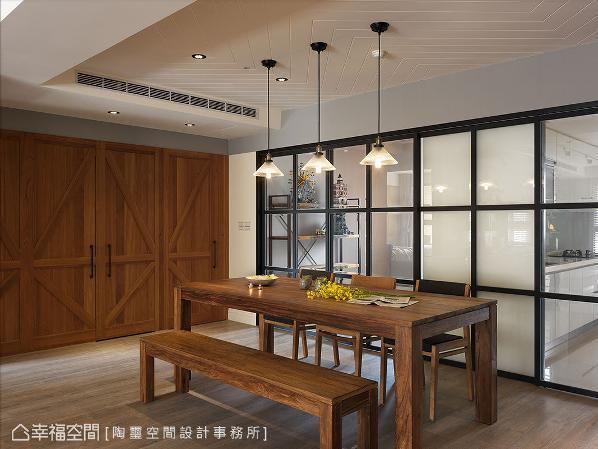 考虑餐厅直对厕所的风水问题,利用谷仓造型门片隐藏客卫与次卧位置,顺势呼应整体的风格表现。