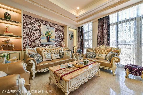 红色调衬底、印花点缀的风格壁纸铺陈壁面,替华美非凡的客厅增添一抹动人气势。