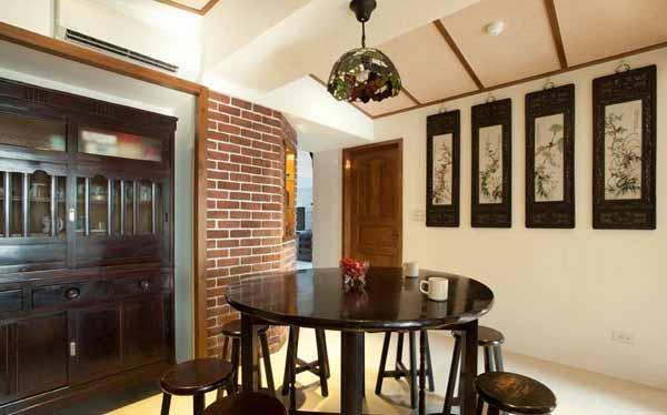 简朴的桌椅家具、挂画,再加上早期三合院的斜屋顶意象,营造置身古厝的传统风情。
