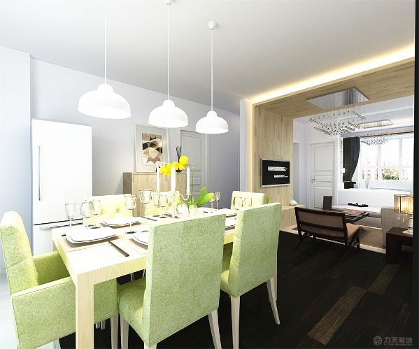 餐厅没有吊顶,下拉的3个餐厅吊灯很是引人注目,吊灯下是绿色的餐桌椅,餐座椅的边上是一个冰箱,冰箱的边上是鞋柜,看似紧凑的摆放却让人感觉清新自然。