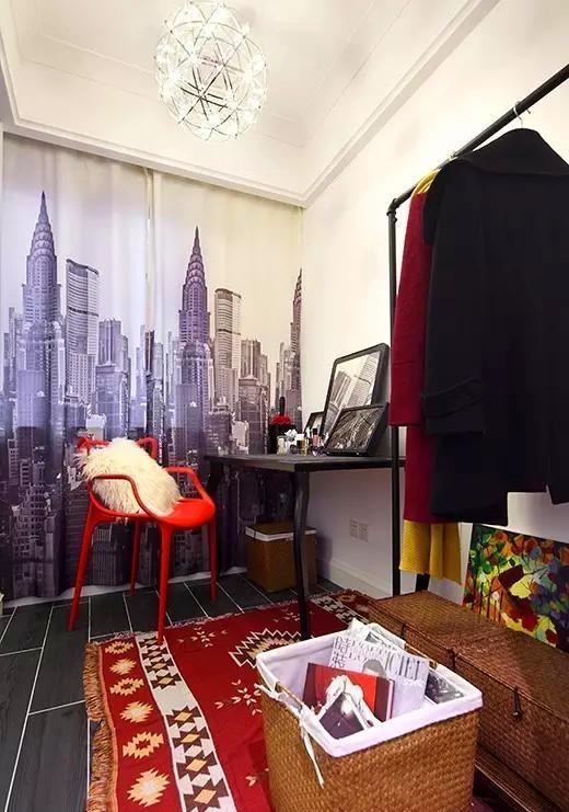 ▲ 女主人的专属衣帽间,左边是柜子的设计,右边是梳妆台跟挂衣架,民族风地毯和红色化妆凳,让空间热烈活泼