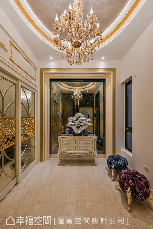 灰镜与茶镜拼贴出菱形切割墙体,再搭以古典矮柜与艺术品,创造出气势非凡的端景造型。