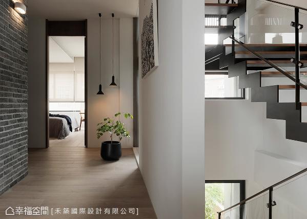 每个楼层的梯间开设窗户引入充沛光源,并藉由穿透式的楼梯设计,让自然光得以自在穿梭每一楼层,串联起全室的垂直动线。